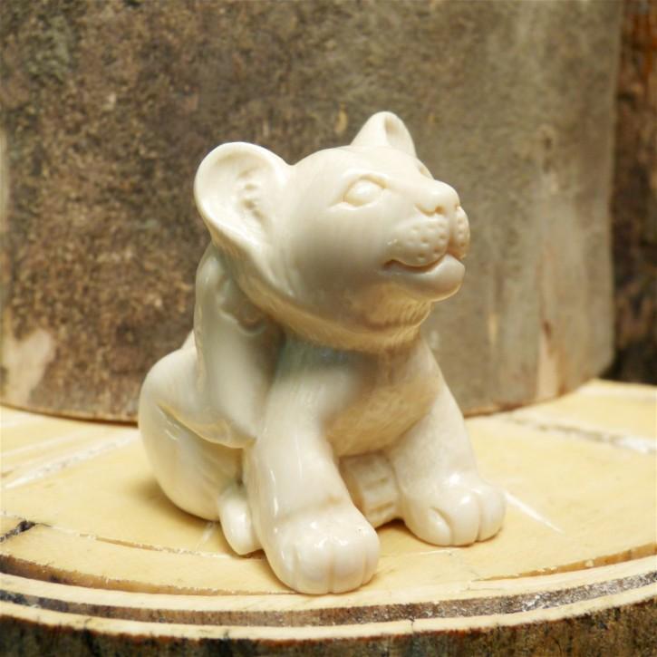 junger Löwe sitzend aus Mammut-Elfenbein