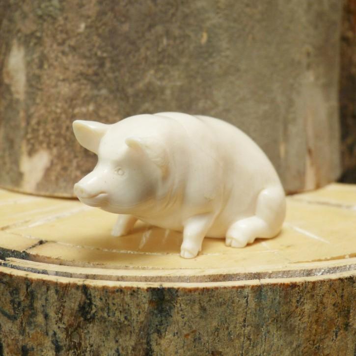 Schwein sitzend aus Mammut-Elfenbein