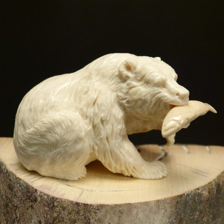 Grizzly-Bär mit Lachs