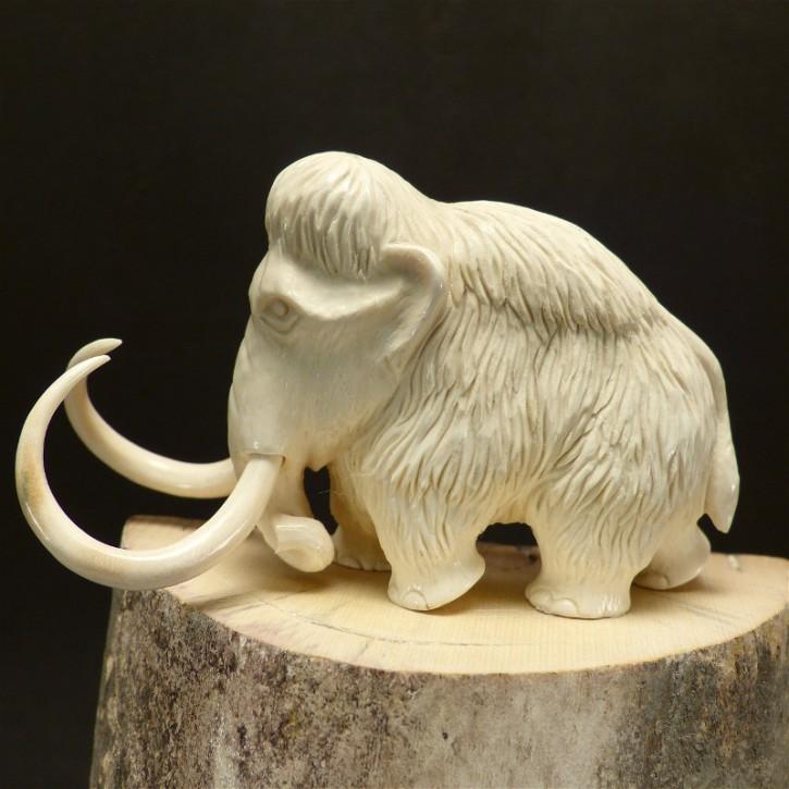 massives Mammut mit großen Stoßzähnen