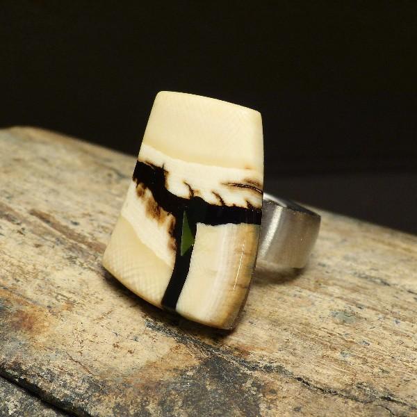 kantiger Ring mit Jade