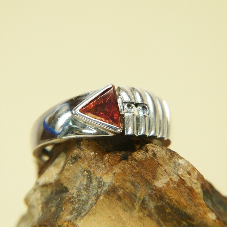 Silberring mit rotem Zirkonia