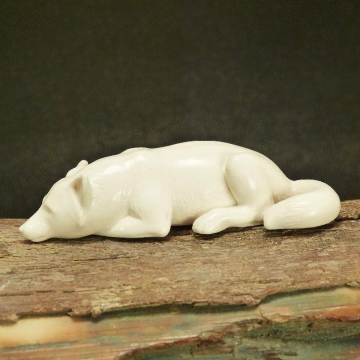 Wolf liegend aus hellem Mammut