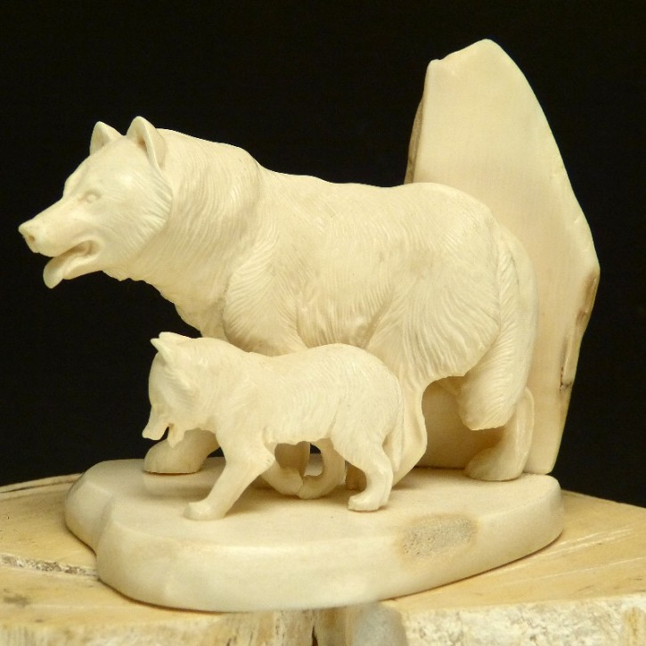 Wolf mit Jungtier detailliert geschnitzt