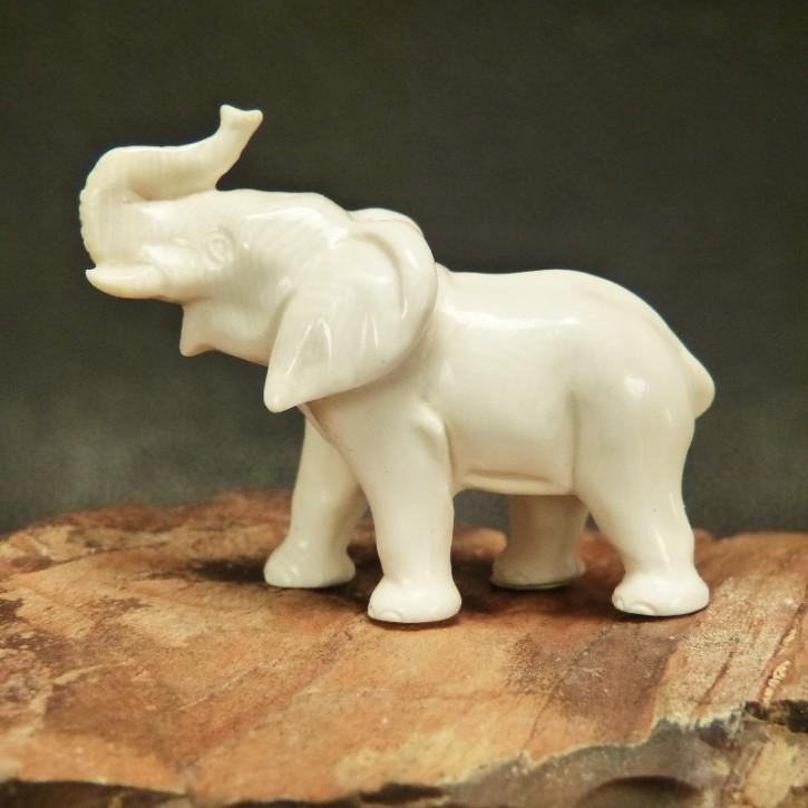 Elefant aus hellem Mammut-Elfenbein