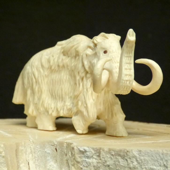 Mammut mit erhobenem Rüssel