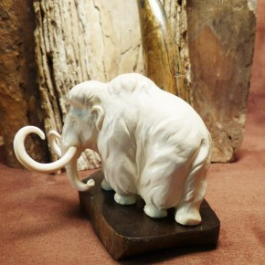 großes Mammut auf Steinsockel
