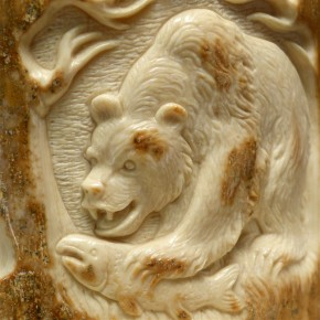 Bärenrelief aus der Mammut-Rinde