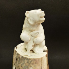 Grizzlybär mit Lachs