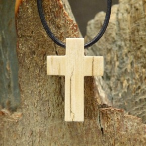 Kreuzanhänger mit Rindenfärbung