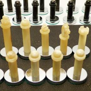Schachfiguren Horn/Horn mit Chromfuß