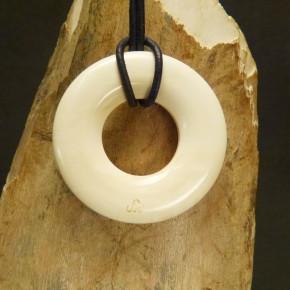 Donut-Anhänger aus geflecktem Mammutelfenbein