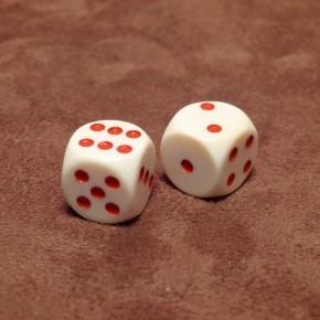 Würfel aus altem Elfenbein mit roten Punkten