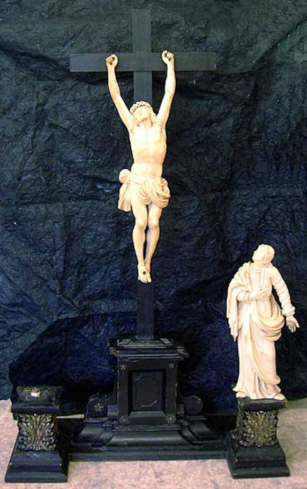 Altarkreuz beschädigt und fehlender Maria